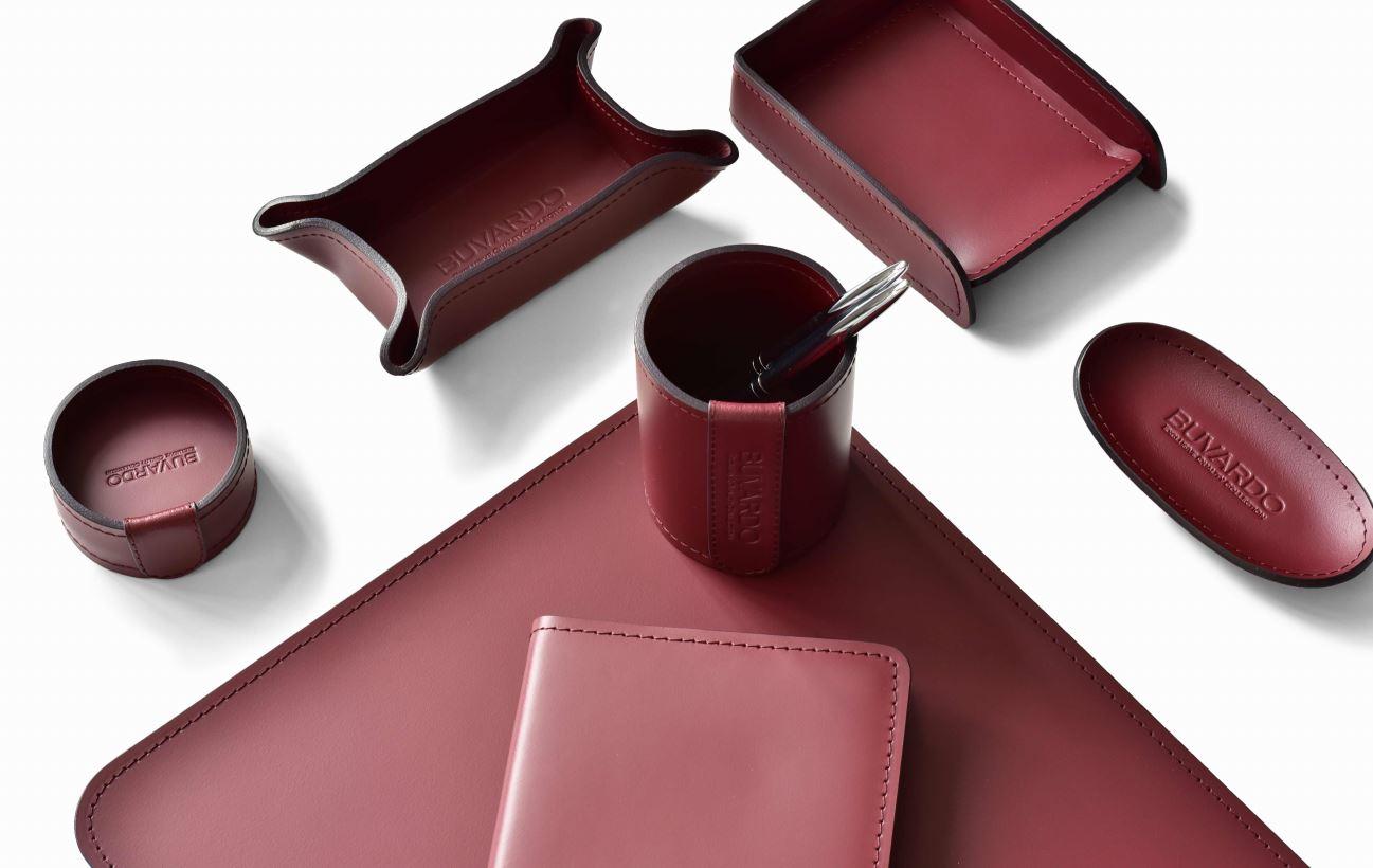 элементы настольного набора красного цвета